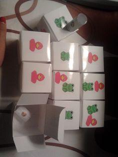 Kleine doosjes met een perkamentje in. Wanneer de kleuters iets goed gedaan hebben kunnen ze dit doosje verdienen. Ze mogen het dan openen en op het papiertje staat de beloning dan geschreven. Bijvoorbeeld: Vandaag mag jij op de stoel van de juf zitten.