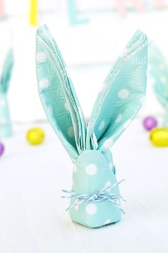 Cute bunny napkins for Easter folding - Origami İdeas Craft Stick Crafts, Diy And Crafts, Crafts For Kids, Napkin Folding, Wedding Napkins, Crochet Patterns For Beginners, Cute Bunny, Diy Crochet, Easter Crafts