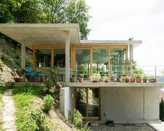 gian salis builds a house on a slope in southern germany Container Home Designs, Architecture Design, Sustainable Architecture, Modern House Plans, Modern House Design, Future House, Jamaica House, Houses On Slopes, Haus Am Hang