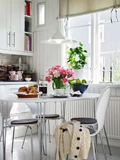 Small Space: cozy kitchen breakfast nook.