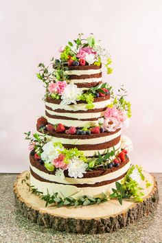 Country wedding or exotic wedding: Best choices of wedding cake - Linaresse Fashionnista Strawberry Wedding Cakes, Wedding Strawberries, Fruit Wedding Cake, Floral Wedding Cakes, Unique Wedding Cakes, Wedding Cake Designs, Wedding Menu, Plan Your Wedding, Bride And Groom Cake Toppers