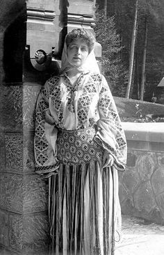 Queen Marie of Romania in traditional Romanian attire, c. photo postcard, x Museum purchase, Collection of Maryhill Museum of Art. Romanian Royal Family, Romania Travel, Medieval, Royal House, Photo Postcards, Traditional Outfits, Old Photos, Art Museum, Folk Art
