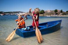 Let the children learn how to row a boat at Bragdøya in Kristiansand. Foto: Adam Read©Visit Southern Norway