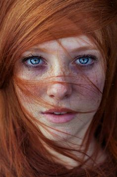 couleur de cheveux orange, yeux bleus