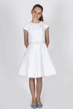Teen Collection 2018 - Ateliê Esther Bauman Acquastudio. Vestido curto branco com sobreposição de renda e bordado na cintura.