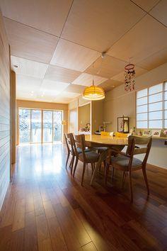 LDKは床にカリン材、天井にベイマツ材を用いて、天然木の多彩な味わいを生かした温もり漂う雰囲気に演出しました。 |インテリア|ダイニング|ナチュラル|和モダン|コーディネート|デザイン|おしゃれ|テーブル|飾り棚|新築|創業以来、神奈川県(秦野・西湘・湘南・藤沢・平塚・茅ヶ崎・鎌倉・逗子地区)を中心に40年、注文住宅で2,000棟の信頼と実績を誇ります|