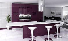 Cocina blanca con toque de color berengena