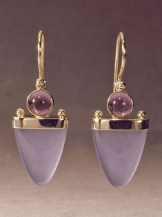 Bijoux Tendance : gold earring with chalcedony and amethyst by Patrick Murphy Modern Jewelry, Jewelry Art, Unique Jewelry, Fine Jewelry, Jewelry Design, Fashion Jewelry, Inexpensive Jewelry, Jewelry Findings, Trendy Jewelry