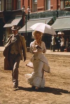 Daniel Day-Lewis as Newland Archer and Michelle Pfeiffer as Countess Ellen Olenska in 'The Age of Innocence', designed by Dante Ferretti (directed by Martin Scorsese) The Age Of Innocence, Victorian Costume, Victorian Era, Historical Costume, Historical Clothing, The Witches Of Eastwick, Gangs Of New York, Daniel Day, Moda Masculina