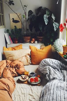Das Bild kann enthalten: sitzende Personen Wohnzimmer Tisch und Interieur The picture may include: sitting persons living room table and interior Dream Rooms, Dream Bedroom, Decor Room, Bedroom Decor, Home Decor, Bedroom Plants, Bedroom Ideas, Aesthetic Rooms, Cozy Bedroom