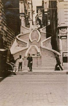 Bankalar Caddesi'nin ortasındaki Kamondo Merdivenleri'ni geçerek Galata Kulesi'ne kestirmeden gidilebilirF: 1920'ler #istanlook
