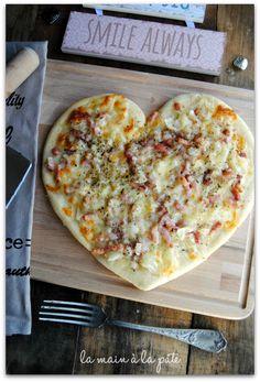 Pizza en forme de coeur (ou non) garnie de crème, lardons et mozzarella