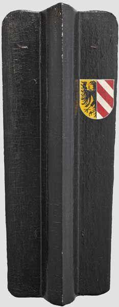 Pavese der Stadt Nürnberg, originalgetreue Rekonstruktion im Stil um 1470 Dreiteilig gearbeiteter Kern aus Massivholz, mit Knochenleim aufgebrachte Bespannung aus grobem Leinen. Bemalung in Naturpigmenten in Leinöl auf Kreidegrund. Schwarze Fassung, an der rechten oberen Seite das Nürnberger Stadtwappen in Schwarz, Gelb und Rot. Rückseite Handhabe aus in Rohhaut eingenähtem Strick sowie vier eiserne Ösen für Trageriemen. Maße 105x42 cm. Hermann Historica 70. Auction 04./05.2015 Lot Nr. 3203