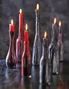 Velas coloridas sobre garrafas de vinho                                                                                                                                                                                 Mais