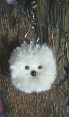Dieser niedliche Schlüsselanhänger ist schnell gemacht und wird zu deinem treuen Begleiter! Aus einem Pompon gewickelt aus weißer Mohairwolle, kannst du ganz einfach ein Tiergesicht zaubern, indem du die Mitte des Pompons kürzer schneidest, um somit ein Gesicht zu formen. … weiterlesen