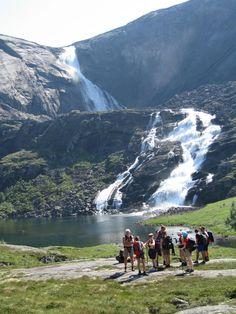 Hikers at Nykkjesøyfossen in Husedalen valley, Hardangerfjord Norway. Foto by Bergen Hiking Association