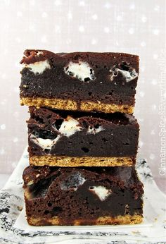 Unforgettable S'mores Brownies combine a classic campfire and summer favorite with an easy recipe for brownies. Rich, dense chocolate brownies are packed with mini white, fluffy marshmallows that just melt in your mouth. No Bake Desserts, Just Desserts, Delicious Desserts, Dessert Recipes, Yummy Food, Tasty, Eat Dessert First, Dessert Bars, Brownie Bar