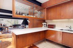Here are the Retro Mid Century Kitchen Design Ideas. This article about Retro Mid Century Kitchen Design Ideas was posted … 1960s Kitchen, Mid Century Modern Kitchen, Vintage Kitchen, New Kitchen, Kitchen Ideas, Kitchen Decor, Kitchen Wood, Kitchen White, Danish Kitchen