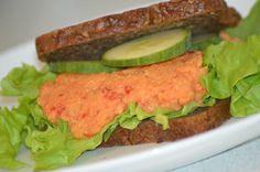 Kikærtepostej - Perfekt til madpakkerne Kikærter kan bruges til helt utroligt mange ting, den mest kendte er nok Humus. Men det kan laves på så mange forskellige måder og også som en lidt blødere postej til rugbrødsmadder og sandwich. Det er udover en meget smagfuld spise også en meget sun....