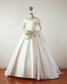 ローブ・ドゥ・マリエ セツコ アオキ(Rode de Mariee Setsuko Aoki) *NEW DRESS*「ローマの休日」のオードリーへプバーンのドレスのNew version‼ Formal Dresses For Weddings, Modest Wedding Dresses, Bridal Dresses, Wedding Gowns, Flower Girl Dresses, Types Of Gowns, Weeding Dress, Princess Style, Wedding Dress Shopping