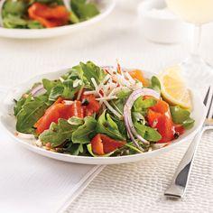 Salade au saumon fumé, vinaigrette à l'érable - 5 ingredients 15 minutes Caprese Salad, Cobb Salad, Poke Bowl, Oreo, Sushi, Easy Meals, Easy Recipes, Lunch, Chicken