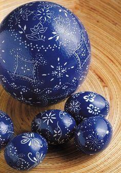Romanian Easter eggs; Oua de Pasti albastre