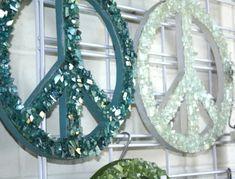 Kuvahaun tulos haulle made from broken glass Paper Mosaic, Mosaic Art, Mosaics, Glass Garden Art, Glass Art, Sea Glass, Peace Sign Art, Peace Signs, Recycled Garden Art