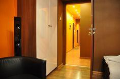 przedpokoj  http://www.rainbowapartments.pl/apartament-pomaranczowy/