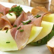 Ham-meloen met honingdressing
