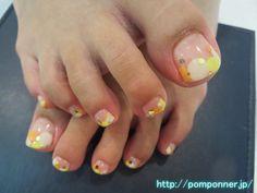 丸でフレンチ風にしたポップなフットネイル   foot nail pop that was in French style with a round. It went round to put the French-style orange, white, yellow to clear base. I was accented with gold hologram.
