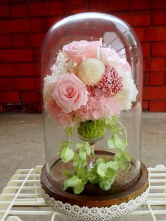 Wedding cakes with fresh flowers arrangements