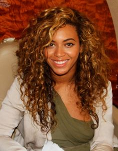A long curly haircut (Beyonce) Curly Hair Cuts, Curly Hair Styles, Curly Hair Side Part, Curly Bangs, Curly Bob, Beyonce Curly Hair, Beyonce Hairstyles, Celebrity Hairstyles, Hair Colors
