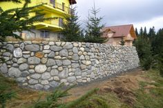 Construire perete din piatra. Detalii pe BricoHub.ro
