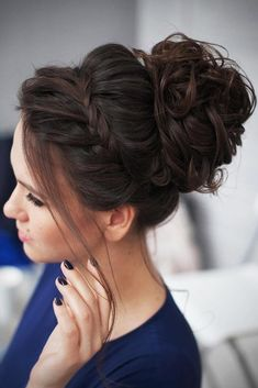 20 Messy bun hairstyles for prom. Best and trendy bun hairstyles for prom. Sassy and stunning messy bun hairstyles for prom. Messy Bun Hairstyles, Elegant Hairstyles, Cool Hairstyles, Teenage Hairstyles, Bun Updo, Messy Updo, Braided Chignon, Messy Buns, Hairstyles 2018
