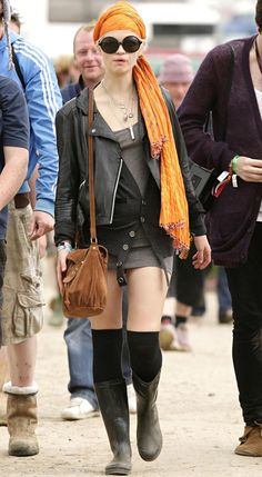 Pixie Geldof joins the crowds Glastonbury on Sunday, this time disguised with sunglasses and headscarf Pixie Geldof, Skinny Scarves, Color Mixing, Latest Fashion, Cool Outfits, Hipster, Punk, Orange, Sunglasses