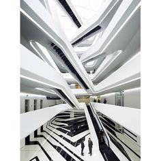 アトリウムが人をつなぐザハ・ハディドのビル|MOSCOW | カーサ ブルータス