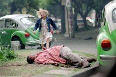 Man on Fire. A tearful Dakota Fanning runs to the aid of her fallen bodyguard Denzel Washington. Denzel Washington, Fire Movie, Movie Tv, Man On Fire, Morris Chestnut, Michael Ealy, Timothy Olyphant, Cinema Film, Movie Facts