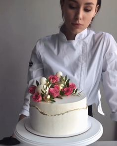 Tired of buying ready-made cake and their classic images? So now it's your turn to create amazing cakes. Here are the easily applied cake decoration techniq Cake Decorating Videos, Cake Decorating Techniques, Bolo Original, Sugar Scrub Homemade, Dessert Decoration, Decorations, Baking And Pastry, Drip Cakes, No Bake Treats