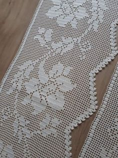 Crochet Art, Filet Crochet, Crochet Leaves, Lace Table Runners, Bunny Crafts, Crochet Borders, Green Lace, Doilies, Crochet Projects