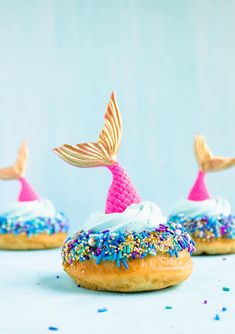 Make those summer vibes magical mermaid vibes with these homemade mermaid doughnuts! Perfect for a or beach party. Powdered Food Coloring, Blue Food Coloring, Snacks Für Party, Beach Party Desserts, Party Drinks, Easy Snacks, Dessert Recipes, Brunch Recipes, Mermaid Birthday