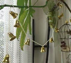 """小さな金色のベルをたくさんつけたガーランドを窓辺に。 窓の開け閉めや、風が吹くたびに鳴る""""チリン♪""""という小さな音を楽しみたいですね。 Plant Hanger, Plants, Home Decor, Decoration Home, Room Decor, Planters, Plant, Planting, Interior Decorating"""