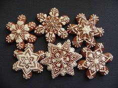 More snowflake ideas Desserts With Biscuits, Cookies Et Biscuits, Christmas Sugar Cookies, Gingerbread Cookies, Fun Cookies, Cupcake Cookies, Christmas Love, Christmas Baking, Snowflake Cookies