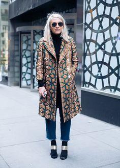 Seja por conta das temperaturas muuuito baixas, ou por aquela coisa de inconsciente coletivo apontando uma tendência, as calças jeans têm aparecido em grande parte dos looks de street style desta New York Fashion Week! Mas esqueça tudo que você está acostumada a ver vendendo por aí: as invenções fashionista da vez trazem modelos bem …