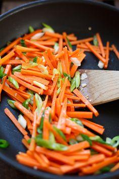 Gebratene Asia-Nudeln! OMG, dieses einfache 20-Minuten Rezept ist ein Gamechanger! Besser als vom Takeaway, voll mit Gemüse und nur eine Handvoll Zutaten - Kochkarussell.com #bratnudeln #vegan #veganrecipe #veggies #easy #recipe #rezept