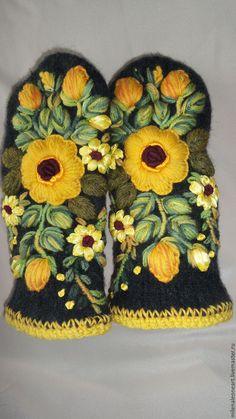 Купить или заказать Варежки с объемной вышивкой  Роза Чайная в интернет-магазине на Ярмарке Мастеров. Варежки из 100% овечьей шерсти, выполнены в смешанной технике. Декорированы объемной вышивкой. Очень позитивные и веселые. Если Вы энергичны и смелы - то эти варежки для Вас! Каждый Ваш выход в свет, будет сопровождаться улыбками совершенно незнакомых Вам людей.! К сожалению фото не передает настоящий насыщенный цвет розы. О варежках. Для декорирования я долго выбирала варежки, которые…
