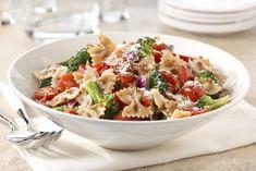 Una ensalada de pasta fria es la perfecta opción para llevar a un día de campo veraniego. El añadir verduras a esta receta la hace riquísima.
