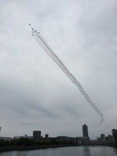 ブルーインパルスが今日明日と福岡上空を飛行すると聞き百道にて待機いい場所でバッチリ見れました\(o)/  tags[福岡県]