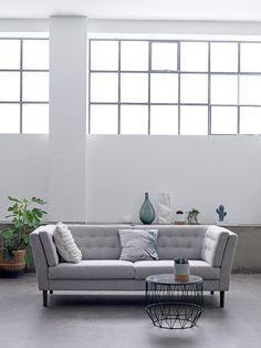 Klassisk og elegant sofa fra Bloomingville, der er betrukket med 100% New Zealandsk uld. Sofaen leveres med ben i røget eg. Her er komfort og æstetik i højsædet.  http://unoliving.com/bloomingville-pause-sofa-gra-24453