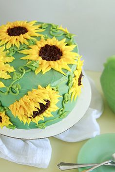 Sun Butter Sunflower Cake - Layer Cake Parade You can have a cheery day when you make the Sun Butter Sunflower Cake! This sunflower cake is easily decorated with matching buttercream flowers! Spring Cake, Summer Cakes, Sunflower Cookies, Sunflower Cake Ideas, Sunflower Party, Sunflower Birthday Cakes, Sun Cake, Sun Butter, Cake Decorating Tips