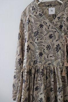 , Laura's Atelier… ( studio ) Source by Hijab Fashion, Boho Fashion, Fashion Outfits, Fashion Women, Kurta Designs, Saree Blouse Designs, Casual Hijab Outfit, Casual Dresses, Kinds Of Clothes